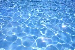 Wasser im Swimmingpool lizenzfreie stockbilder