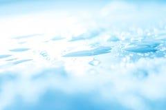 Wasser lässt helle abstrakte Winterhintergrundnahaufnahme fallen Lizenzfreie Stockfotografie