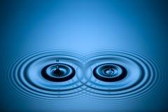 Wasser lässt Kräuselungen fallen Stockfotos