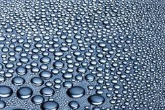 Wasser lässt schwarzen Hintergrund fallen Lizenzfreies Stockfoto