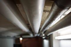 Wassersystem mit Rohren im Keller. Wasser Leitung im Keller mit Verteilsystem Royalty Free Stock Image