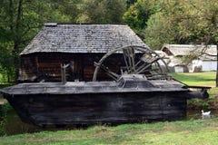 Wasser-Mühlehaus auf Fluss in einem Freilicht Museum lizenzfreie stockfotografie
