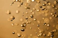 Wasser mit Blasen golden Lizenzfreie Stockfotografie