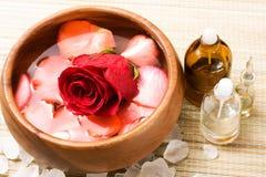 Wasser mit den rosafarbenen Blumenblättern Stockfotografie