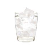 Wasser mit Eis in einem Glas lizenzfreies stockfoto