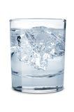 Wasser mit Eis im Glas Stockbild