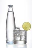 Wasser mit Glas Lizenzfreie Stockfotos