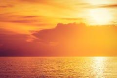 Wasser mit goldenem Licht Stockfotografie