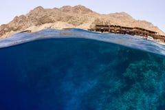 Wasser mit Riff- und Wüstenbergen Lizenzfreie Stockfotografie