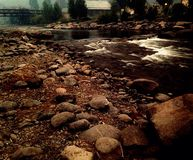 Wasser mit Steinen Stockbild