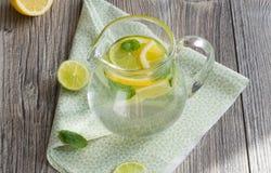 Wasser mit Zitrone und Minze Stockfotos