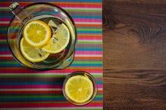 Wasser mit Zitronen Stockfoto