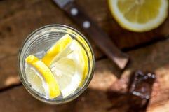 Wasser mit Zitronenscheiben und -eis Stockbilder
