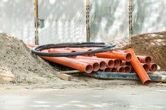 Wasser oder Abwasserleitungen auf dem Straßenrekonstruktionsstandort, damit neues Rohrleitungssystem im Hochbau errichtet werden  Lizenzfreie Stockfotos