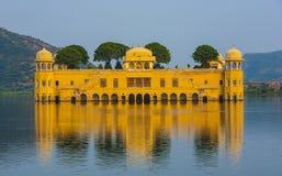 Wasser-Palast Jal Mahal im Mann Sagar Lake Jahrhunderts mitten in Mann Sager See aufgebaut lizenzfreie stockbilder