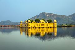 Wasser-Palast Jal Mahal im Mann Sagar Lake Jahrhunderts mitten in Mann Sager See aufgebaut stockbilder