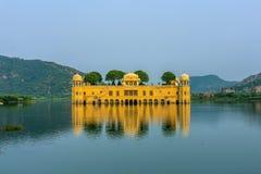 Wasser-Palast Jal Mahal im Mann Sagar Lake Jahrhunderts mitten in Mann Sager See aufgebaut stockfoto