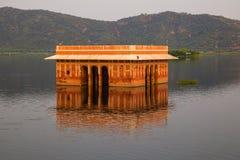 Wasser-Palast Jal Mahal im Mann Sagar Lake Jahrhunderts mitten in Mann Sager See aufgebaut lizenzfreies stockbild