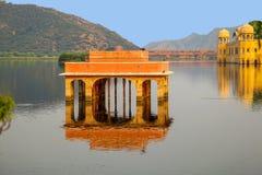Wasser-Palast Jal Mahal im Mann Sagar Lake Jahrhunderts mitten in Mann Sager See aufgebaut stockfotografie
