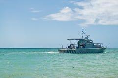 Wasser-Polizei, welche die Küste patrouilliert Stockfoto