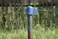 Wasser pumpt ein Blockhaus im Dorf gegen Lizenzfreie Stockfotografie