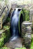 Wasser-Rad verwischt Stockbild