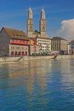 Wasser-Reflexion der großen Münster-Kirche Stockbild