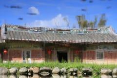 Wasser-Reflexions-Bild eines alten Hauses stockbild