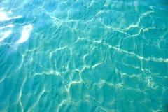 Wasser-Sand-Unterseite Sun glänzt Lichtwelle-schöner Hintergrund lizenzfreie stockfotos