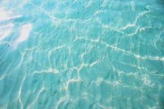 Wasser-Sand-Unterseite Sun glänzt Lichtwelle-schöner Hintergrund lizenzfreies stockfoto