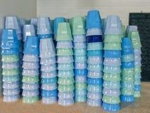 Wasser-Schalen gestapelt Stockfotos