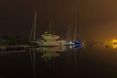 Wasser-Schiffe im Hafen nachts Lizenzfreies Stockfoto