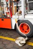 Wasser-Schlauch angeschlossen an Firetruck Stockfoto