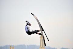 Wasser-Ski in der Tätigkeit: Mann springen Stockbild