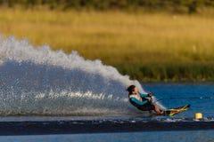 Wasser-Skifahren-Mädchen, das Spray schnitzt Stockfotos