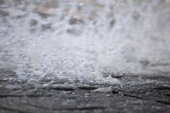 Wasser-Spray auf Steinen Stockfotos