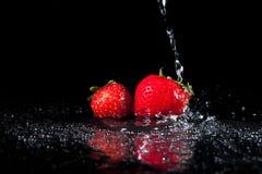 Wasser-Spritzen auf Erdbeeren lizenzfreie stockfotografie