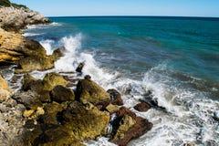 Wasser-Spritzen auf Rocky Coastline Stockfoto