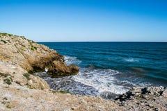 Wasser-Spritzen auf Rocky Coastline Stockfotos