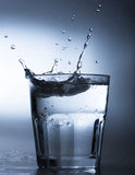 Wasser-Spritzen im Wasserglas Lizenzfreies Stockfoto
