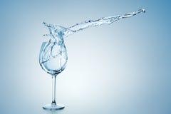 Wasser-Spritzen im Wein-Glas stockfotos