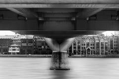 Wasser-Studie unter einer London-Brücke stockbild