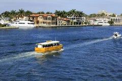 Wasser-Taxi und Boote auf Intracoastal Stockfotografie