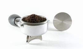 Wasser tröpfelt in Schutzkappe mit geerdetem Kaffee stockbild