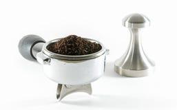 Wasser tröpfelt in Schutzkappe mit geerdetem Kaffee stockfotos