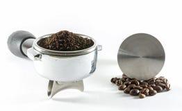 Wasser tröpfelt in Schutzkappe mit geerdetem Kaffee lizenzfreie stockfotos