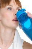 Wasser-trinkendes Mädchen lizenzfreie stockbilder