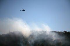 Wasser-Tropfen auf verheerendem Feuer Stockfotografie