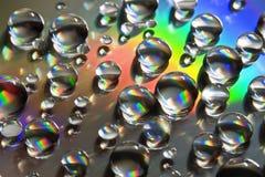 Wasser-Tropfen mit starker Regenbogenzeile Stockfoto