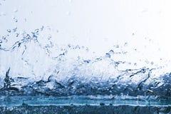 Wasser, Tropfen, sprüht, spritzt, strömt, fließt, Abstraktion, halbe Note Stockfoto